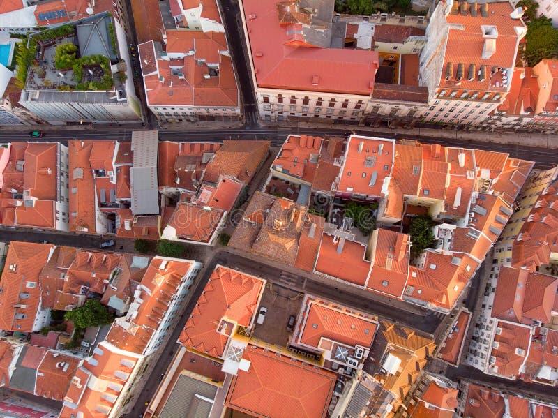 Colpo aereo degli edifici di Lisbona con le cime dei tetti rossi in Alfama, Portogallo immagine stock libera da diritti