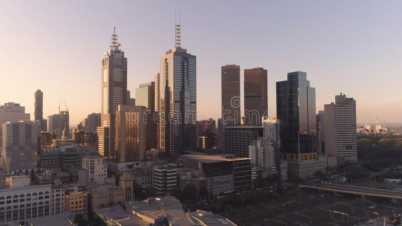 Colpo aereo dei grattacieli del centro di Melbourne nel tramonto Melbourne, Victoria, Australia fotografia stock libera da diritti