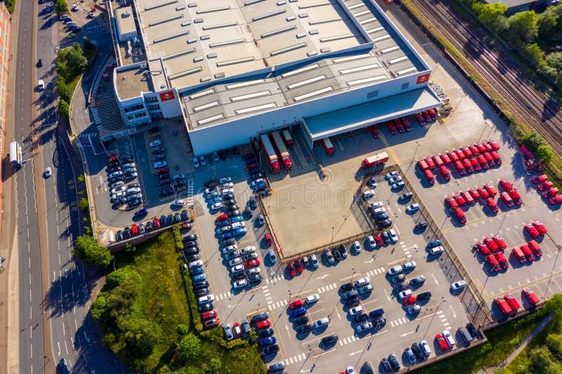Colpo aereo del deposito di distribuzione postale di Royal Mail in Sheffield City, South Yorkshire, Regno Unito fotografia stock