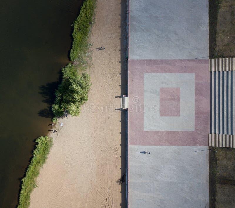Colpo aereo del fuco del fiume Ural della linea costiera Spiaggia della città di Magnitogorsk, Russia fotografie stock libere da diritti