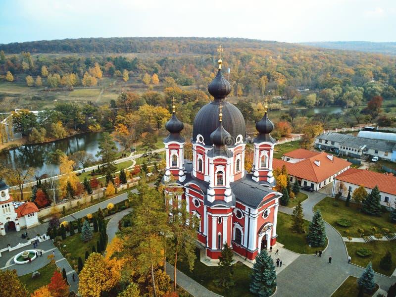 Colpo aereo del monastero di Curchi a luce del giorno immagini stock libere da diritti
