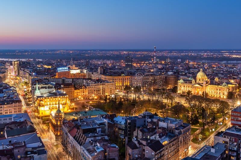 Colpo aereo del quadrato di Terazije e palazzo dell'Albania nella citt? centrale e nella vicinanza circostante di Belgrado fotografie stock libere da diritti