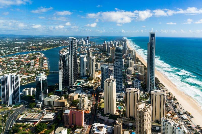 Colpo aereo della città dei surfisti paradiso, della Gold Coast e della spiaggia fotografia stock libera da diritti