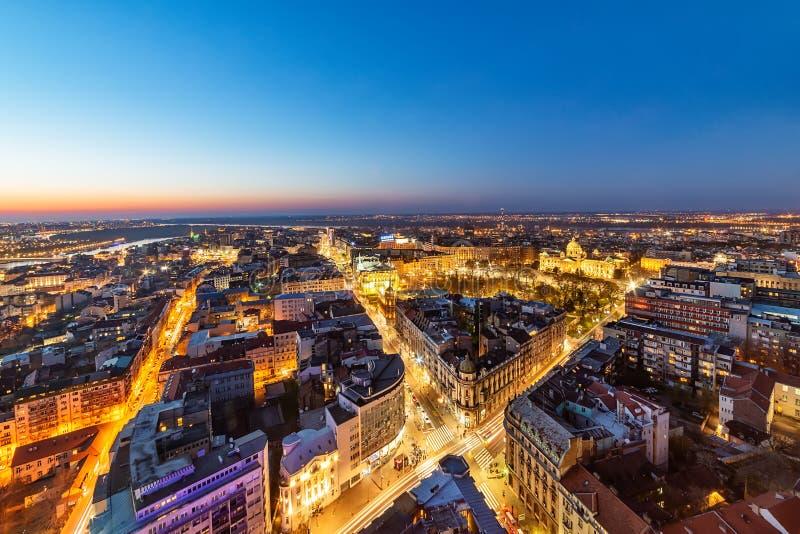 Colpo aereo di Belgrado di notte Il centro di Belgrado fotografia stock libera da diritti