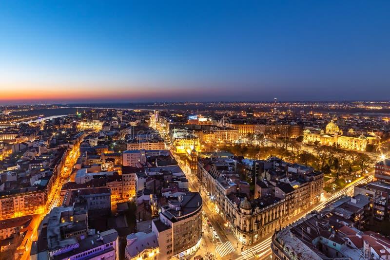 Colpo aereo di Belgrado di notte Il centro di Belgrado fotografia stock