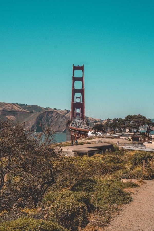Colpo aereo di golden gate bridge a San Francisco con molto traffico su  fotografia stock libera da diritti