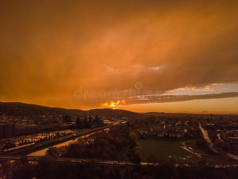 Colpo aereo di tramonto dei cieli molto nuvolosi immagine stock