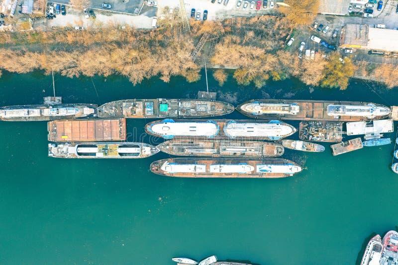 Colpo aereo sopraelevato di grandi navi porta-container messe in bacino alla costa immagini stock libere da diritti