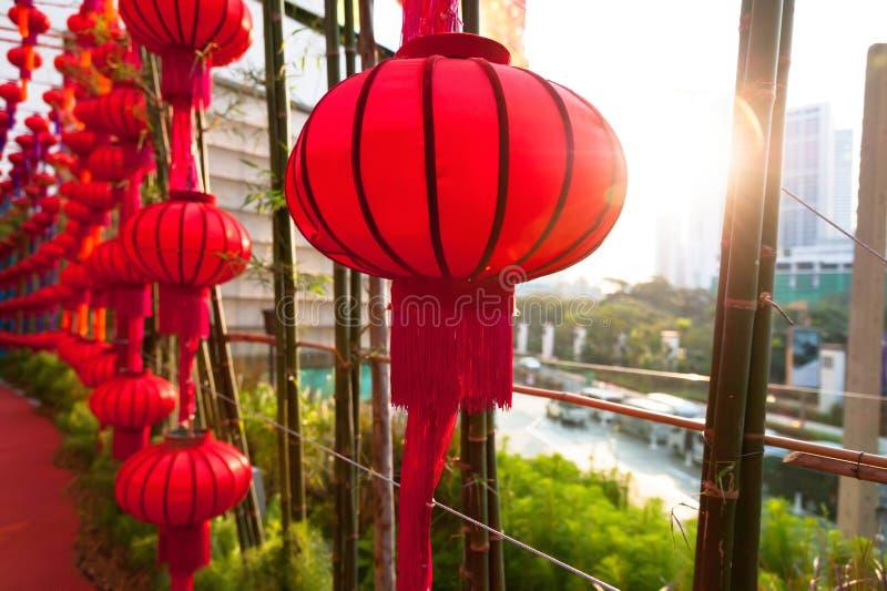 Colpo alto chiuso delle lanterne cinesi rosse con il chiarore di tramonto immagini stock
