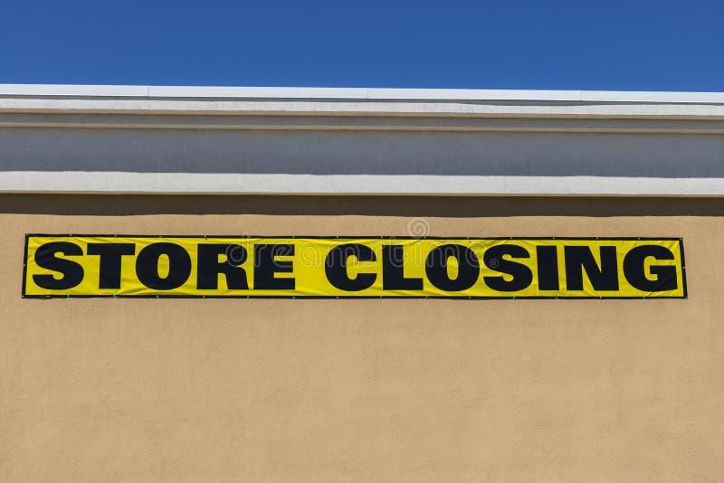 Colpo alto vicino di orizzontale del segno di chiusura del deposito su un affare al minuto del centro commerciale fotografia stock libera da diritti