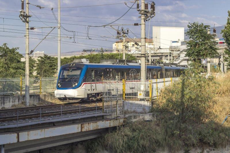 Colpo aperto di prospettiva del treno del sobborgo in ferrovia fotografia stock