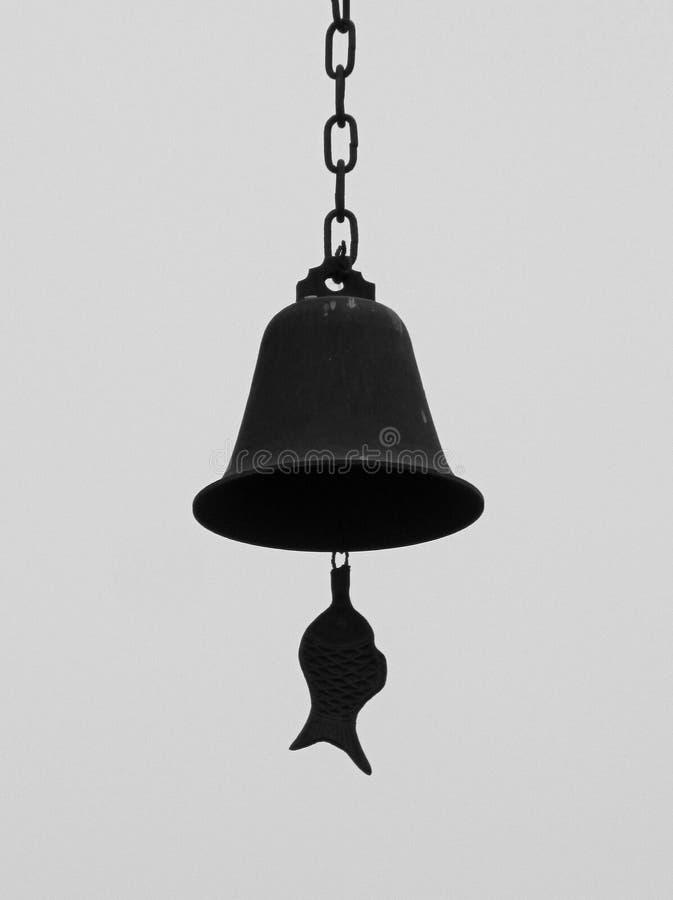 Colpo in bianco e nero della campana bronzea cinese con le tenaglie nella forma del pesce fotografia stock