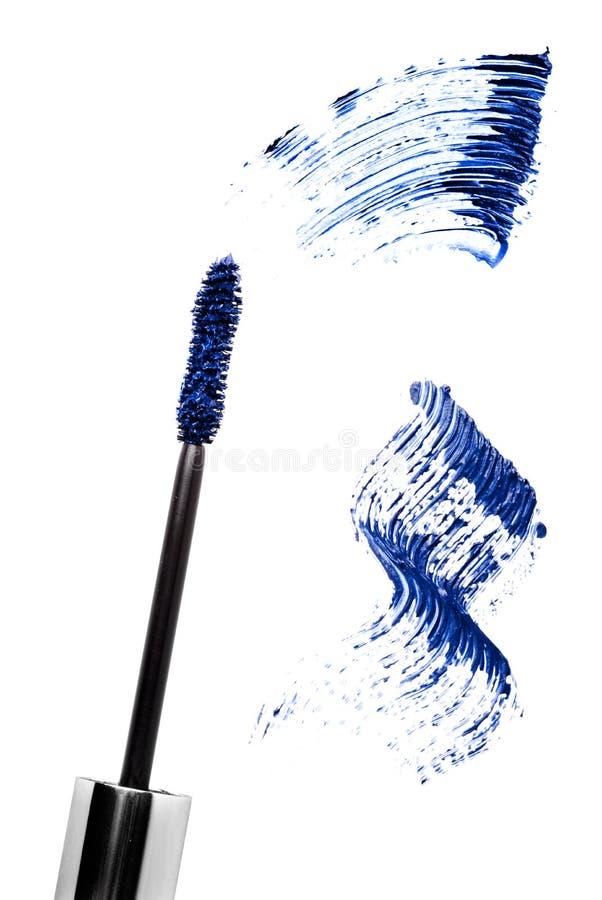 Colpo blu e spazzola della mascara isolati su bianco fotografia stock libera da diritti
