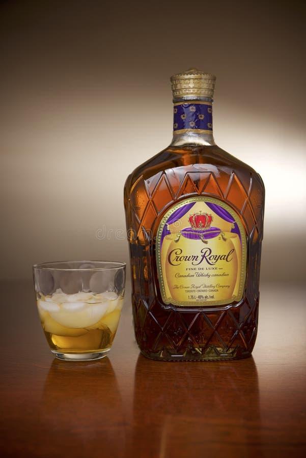 Colpo canadese reale del prodotto del whiskey della corona immagine stock libera da diritti