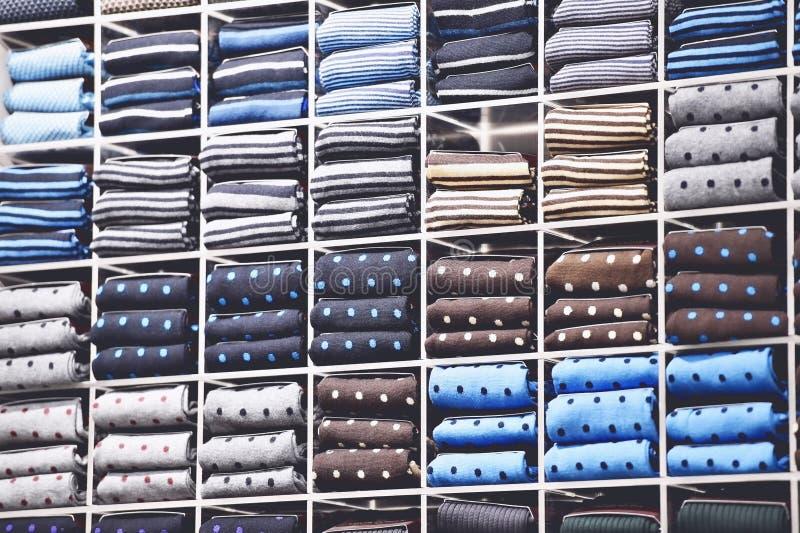 Colpo d'annata con differenti cravatte di seta sugli scaffali fotografia stock libera da diritti