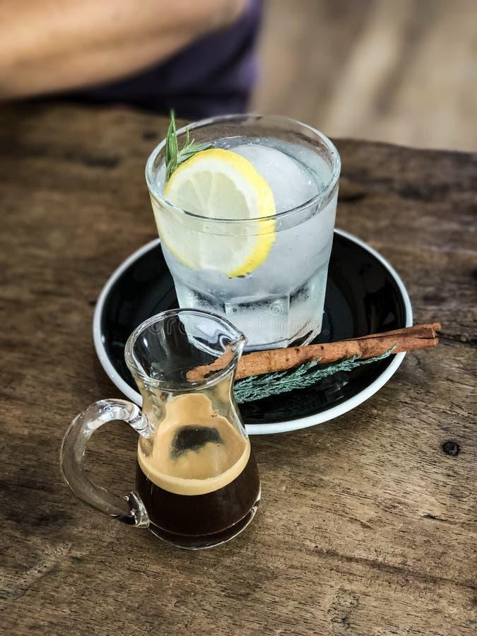 Colpo del caffè espresso e soda caldi del limone immagini stock libere da diritti