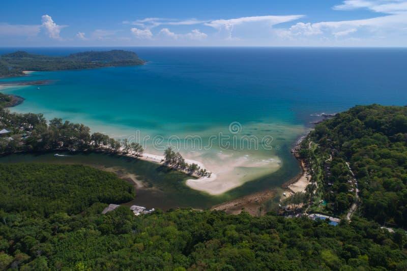 Colpo del fuco della linea costiera dell'isola della Tailandia nella foresta tropicale fotografia stock