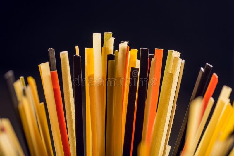 colpo del primo piano degli spaghetti crudi colorati fotografia stock libera da diritti