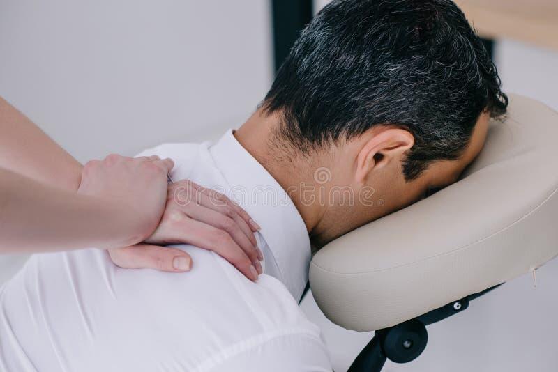 colpo del primo piano della massaggiatrice professionista che fa massaggio messo immagine stock