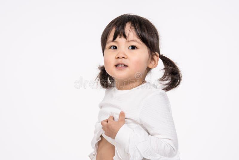 Colpo del ritratto dello studio del bambino asiatico di 3 anni - isolato immagini stock libere da diritti