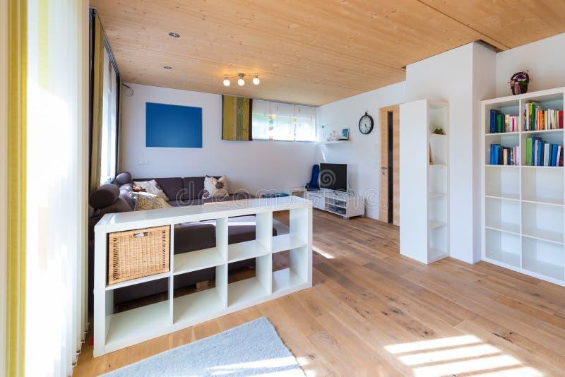 Colpo dell'interno del salone con il pavimento di legno fotografia stock libera da diritti