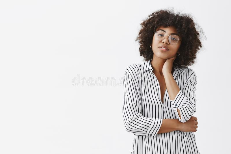 Colpo della vita-su di bello e responsabile femminile alla moda moderno nel collo commovente e nella inclinazione della blusa a s fotografia stock libera da diritti