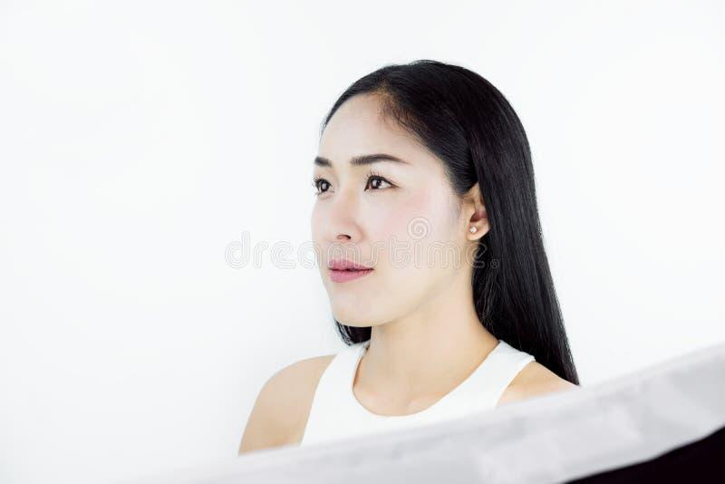 Colpo dello studio, bella donna asiatica con capelli neri, con pelle sana, su fondo bianco fotografia stock libera da diritti