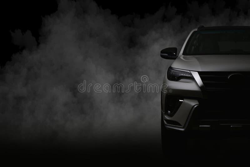 Colpo dello studio dell'automobile bianca isolato su fondo nero con lo shado fotografia stock libera da diritti