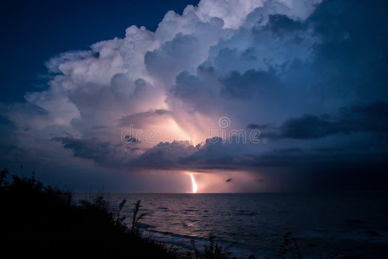 Colpo di fulmine dalla grande bella nuvola dopo la tempesta immagini stock libere da diritti
