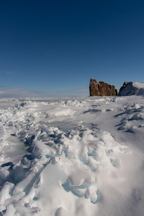 Colpo di inverno di Perce Rock maestoso fotografia stock libera da diritti