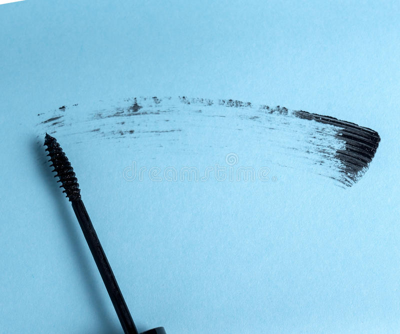 Colpo di mascara nera con la spazzola dell'applicatore immagine stock libera da diritti
