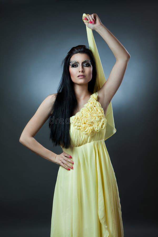 Donna caucasica affascinante in vestito fotografie stock libere da diritti