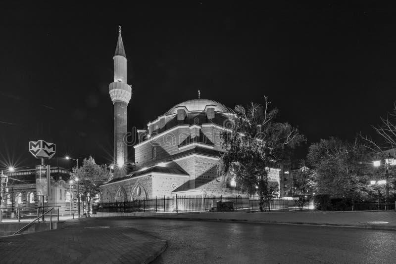 Colpo di notte della moschea di Banya Bashi a Sofia, Bulgaria immagine stock