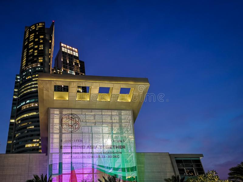 Colpo di notte delle torri famose di nazione della città di Abu Dhabi dal corniche immagine stock libera da diritti