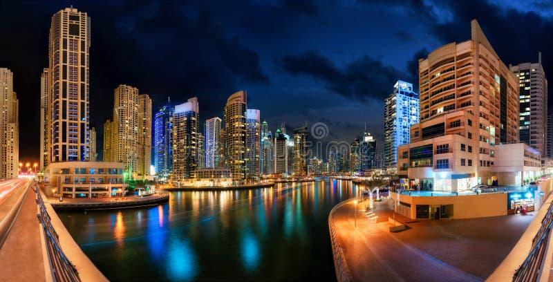 Colpo di notte di panorama dell'orizzonte del porticciolo del Dubai fotografie stock libere da diritti