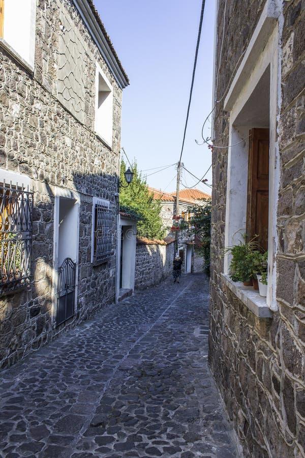Colpo di prospettiva di vecchia via di progettazione di medio evo con la strada di pietra a Lesvos, a Mitilene immagine stock