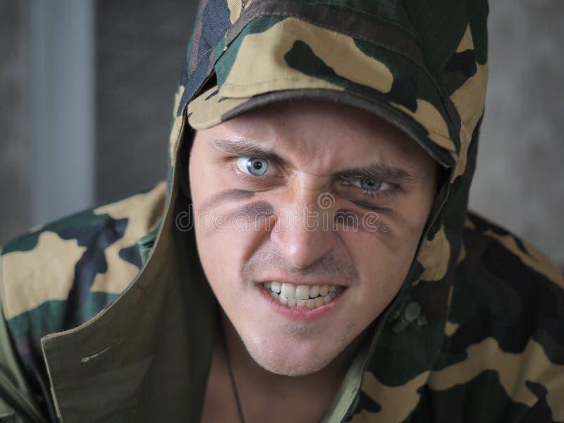 Colpo di un soldato concettuale verniciato nei colori cachi immagine stock