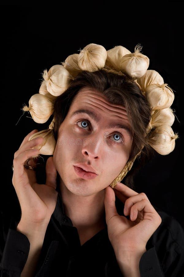 Colpo divertente del vampiro con aglio sulla sua testa fotografia stock libera da diritti