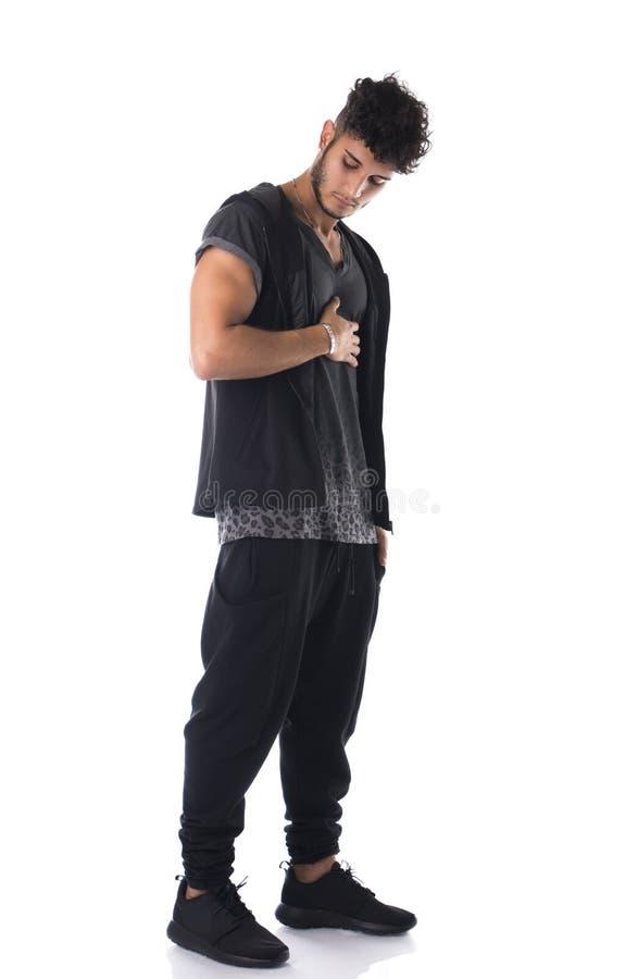Colpo integrale del giovane in maglietta scura isolata su bianco fotografia stock libera da diritti