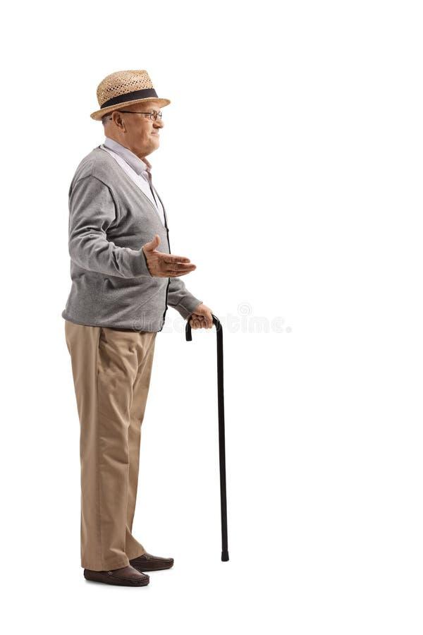 Colpo integrale di un uomo senior con la canna che gesturing con la mano immagini stock libere da diritti