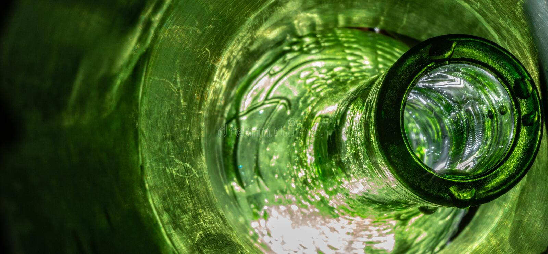 Colpo macro della bottiglia verde surreale immagini stock libere da diritti