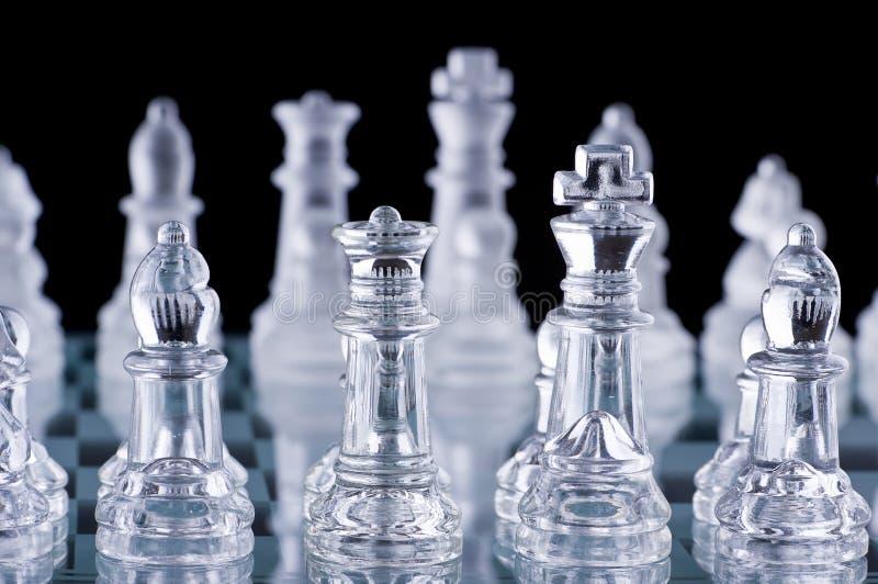Colpo a macroistruzione dell'insieme di scacchi di vetro fotografia stock