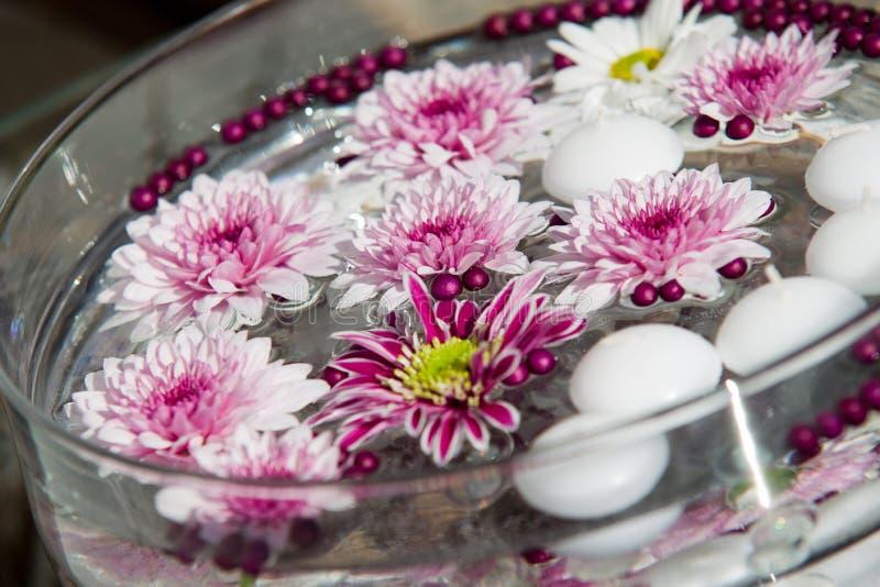 Colpo a macroistruzione delle decorazioni della tabella del fiore fotografia stock libera da diritti