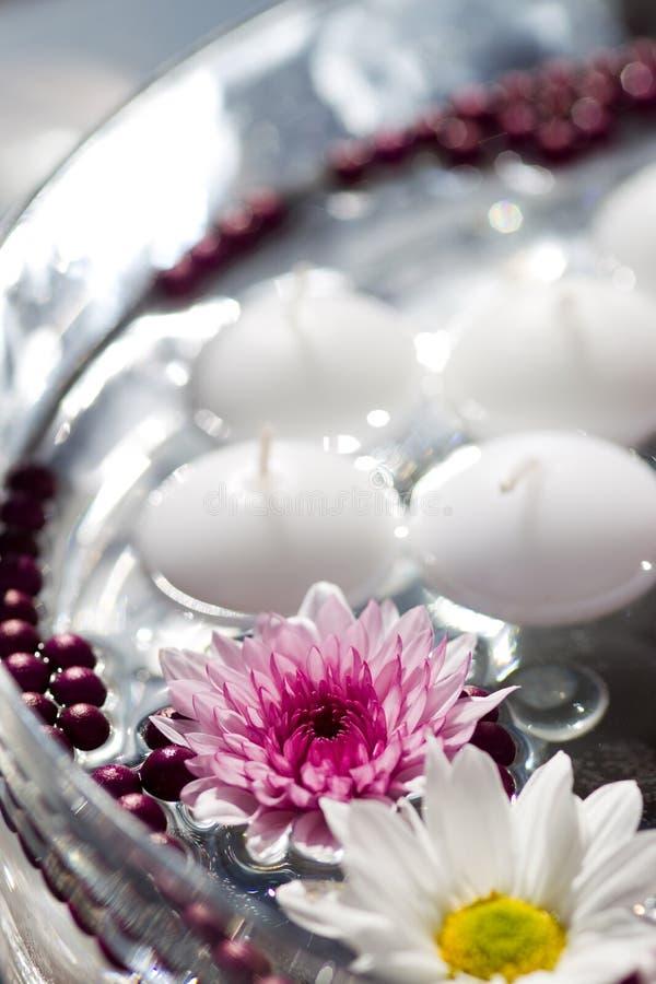 Colpo a macroistruzione delle decorazioni della tabella del fiore fotografie stock