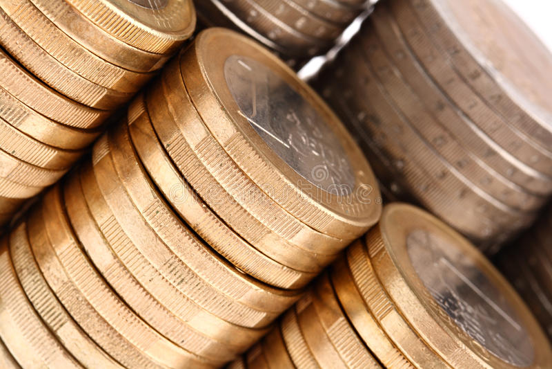 Colpo a macroistruzione delle monete organizzate in colonne e nelle righe immagine stock libera da diritti
