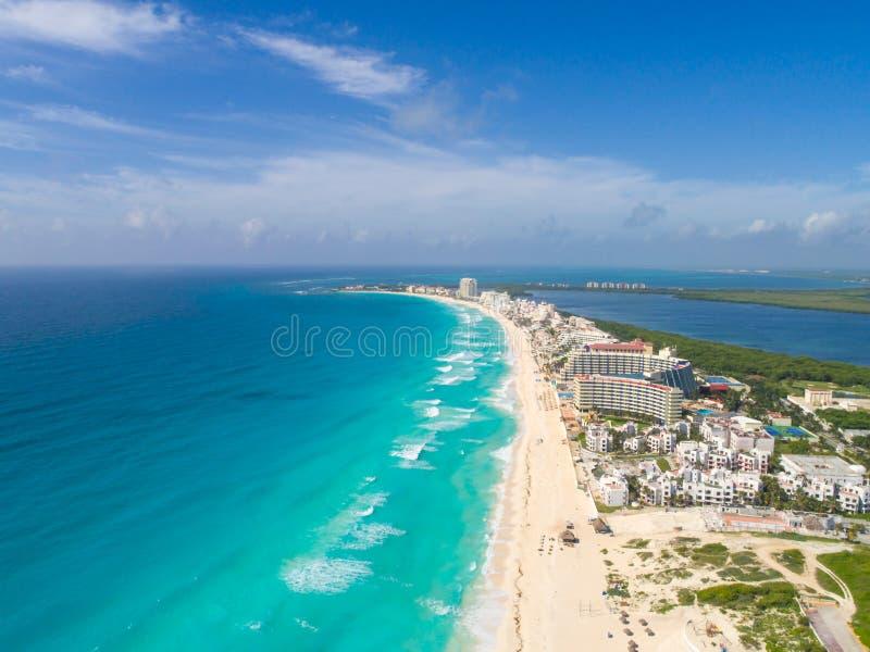 Colpo panoramico aereo del fuco della spiaggia di Cancun fotografie stock libere da diritti