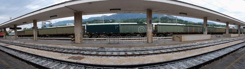 Colpo panoramico della stazione ferroviaria fotografia stock libera da diritti