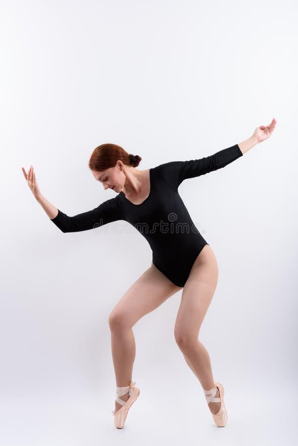 Colpo pieno del corpo del ballerino di balletto della donna che posa sulle dita del piede immagine stock libera da diritti