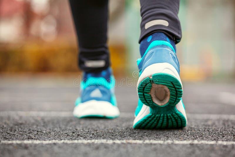 Colpo potato da dietro delle scarpe da corsa del ` una s della donna fotografie stock
