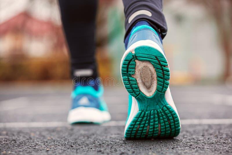 Colpo potato da dietro delle scarpe da corsa del ` una s della donna fotografie stock libere da diritti